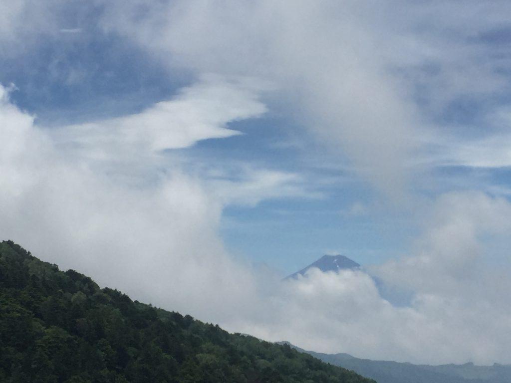 雲がどんどん流れてきて、富士山が現れてきました