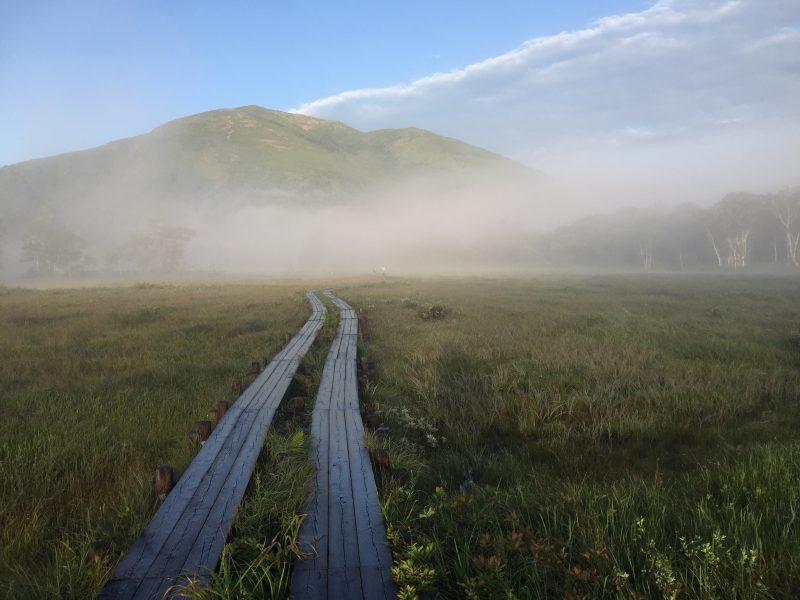 はるかな尾瀬へ。2日目の至仏山登山は3時半起き,快晴の山頂から尾瀬ヶ原を一望できました。